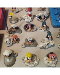 Pinguinos porta sahumerios en porcelana fría